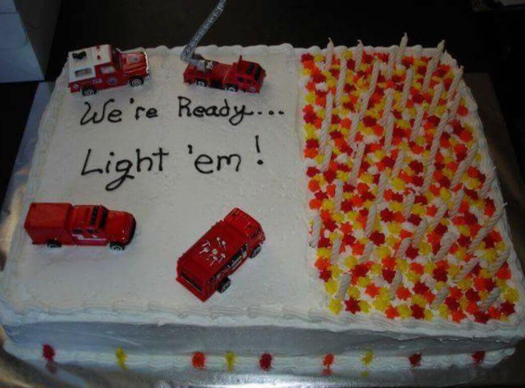 Một chiếc bánh sinh nhật hài hước dành cho các anh chàng cứu hỏa