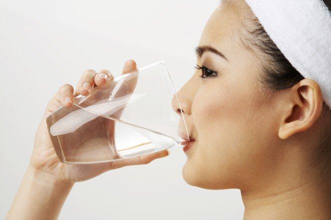 Uống nhiều nước - Cách đơn giản và tiết kiệm nhất để dưỡng ẩm da