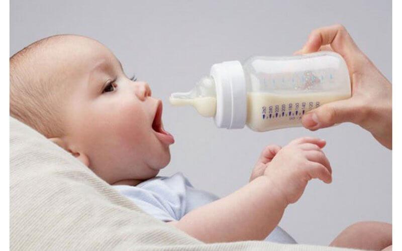 Cai sữa cho trẻ dưới 6 tháng tuổi
