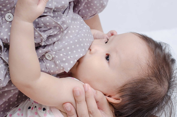 Mẹ cai sữa cho trẻ sớm dưới 6 tháng tuổi có ảnh hưởng tới sự phát triển của trẻ không?