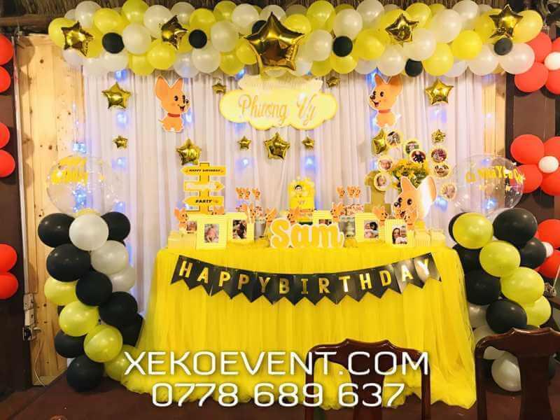 Mẫu cách trang trí bàn tiệc thôi nôi cho bé màu vàng