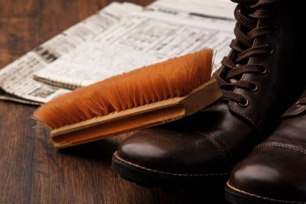 Để giày không bị quá bẩn, hãy dùng parafin lau giày trước khi vào những điểm nhiều chướng ngại vật như rừng chẳng hạn.