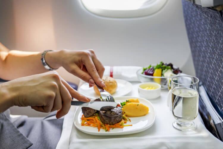 Top 7+ món ăn nên tránh khi đi du lịch bằng máy bay