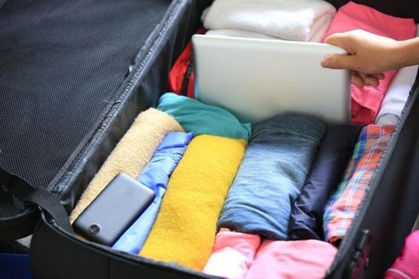 Cuộn quần áo lại trong vali