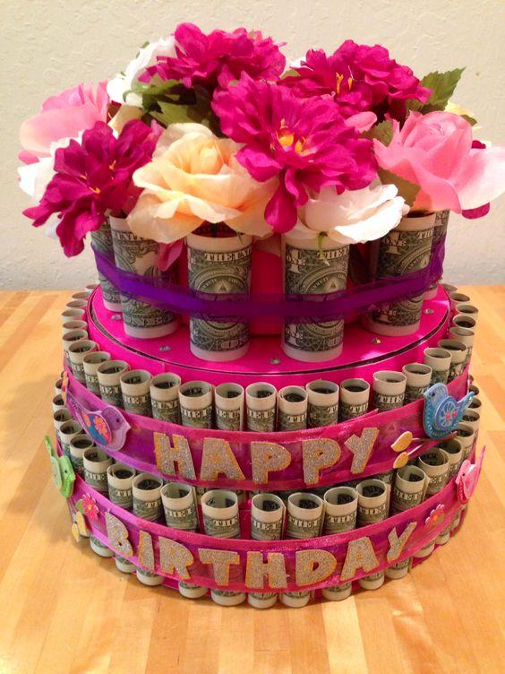 Ảnh tiền và hoa trong bánh sinh nhật