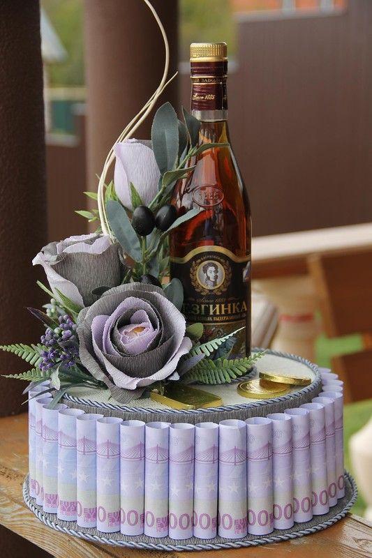 Bánh kem hoa và tiền chúc mừng sinh nhật người yêu