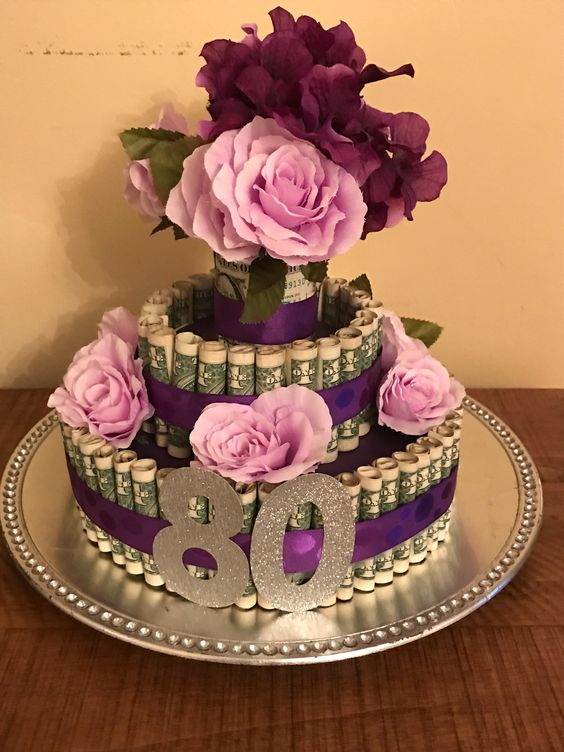 Bánh kem hoa và tiền mừng sinh nhật độc đáo