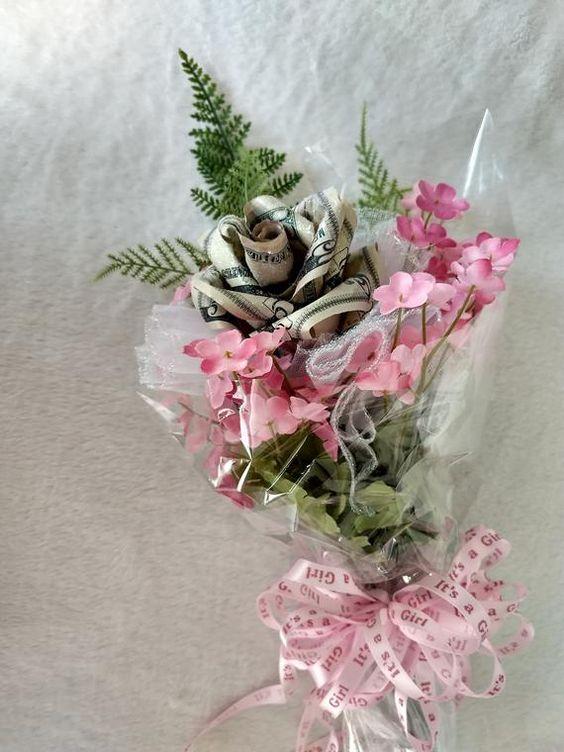 Tiền tặng sinh nhật được xếp thành hoa xinh đẹp