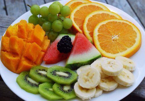 Hoa quả tươi chứa nhiều Vitamin C là món ăn vặt tốt cho sức khỏe cho bà bầu