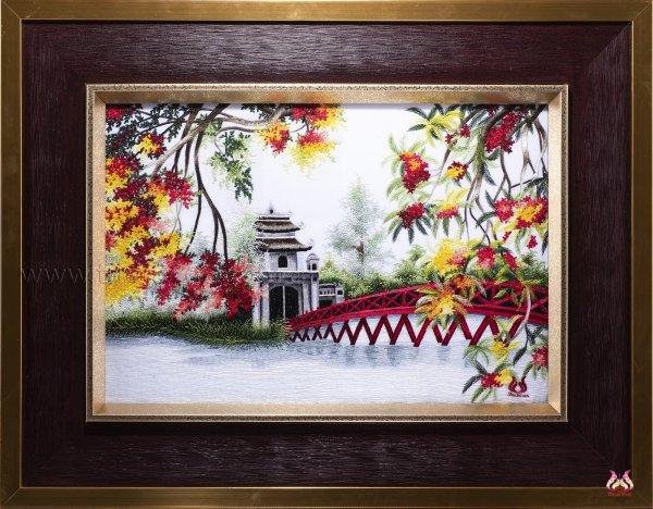 Bức tranh thêu tay Hà Nội với hình ảnh khóm liễu rủ lá xuống mặt Hồ Gươm