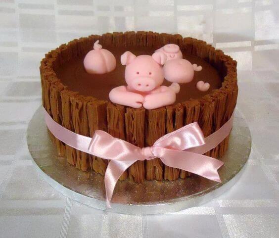 Hinh ảnh lợn đáng yêu đang nằm bơi trong bánh kem