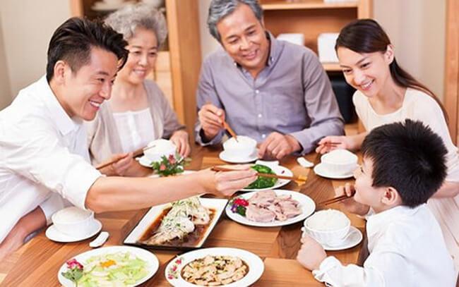 Món quà 8 tháng 3 ý nghĩa nhất - bữa ăn gia đình