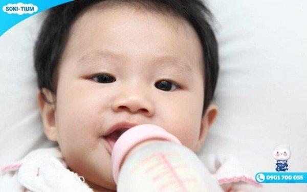 Cách xử trí tình trạng trẻ sơ sinh hay vặn mình và nôn trớ