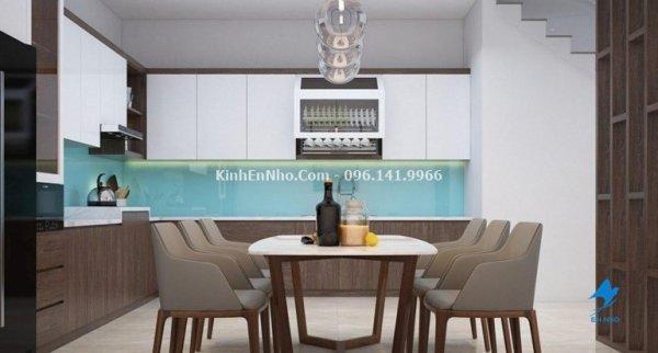 Kính ốp bếp màu trắng xanh mang đến căn bếp không gian tinh tế