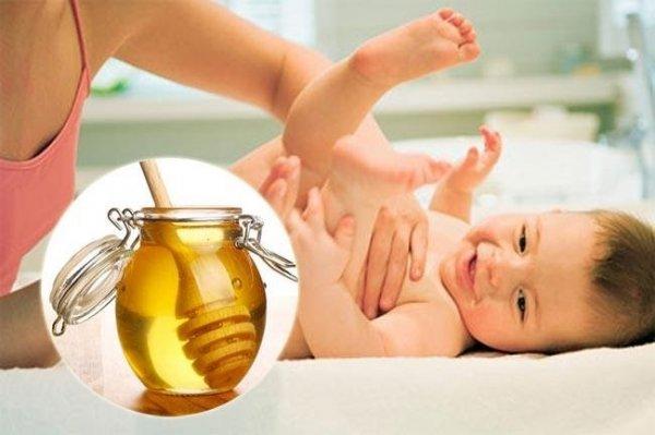 Mẹo dân gian trị táo bón cho trẻ bằng mật ong