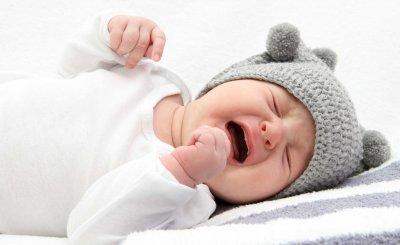 Tại sao trẻ sơ sinh hay vặn mình và nôn trớ ọc sữa kéo dài?