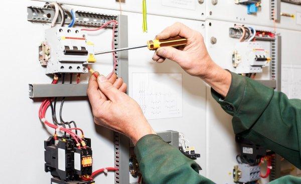Thợ sửa chữa điện của điện Nước Trần Quang