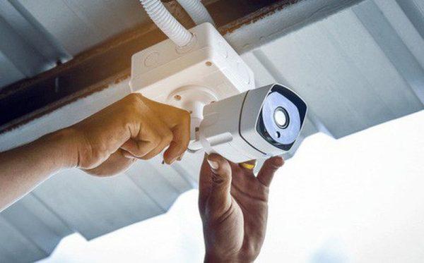 Đặt camera giám sát ở cửa trước của nhà