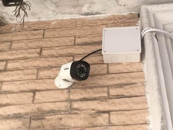 Đặt camera quan sát ở vị trí cạnh cửa sổ ngoài đường