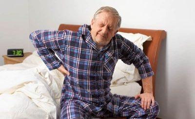 Người lớn tuổi bị đau lưng
