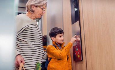 Cách sử dụng thang máy an toàn cho trẻ