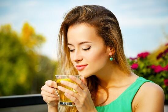 Uống mật ong pha nước ấm vào buổi sáng để giảm cân
