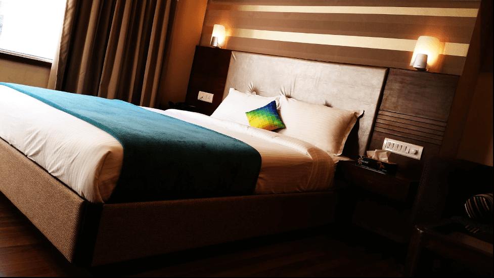 Chiếu sáng phòng ngủ nên chọn ánh sáng màu vàng hoặc vàng nâu ấm áp