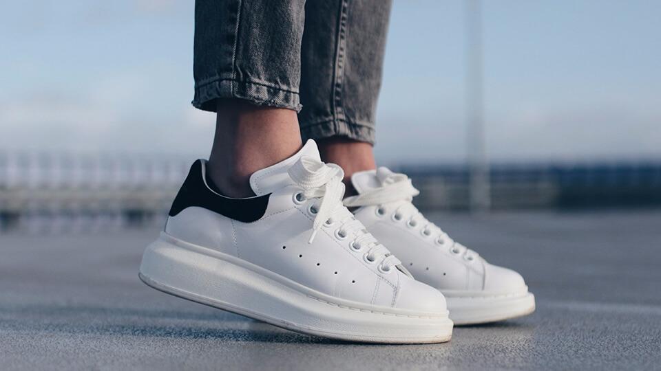 Mẫu giày sneaker phù hợp đi du lịch - Alexander McQueen