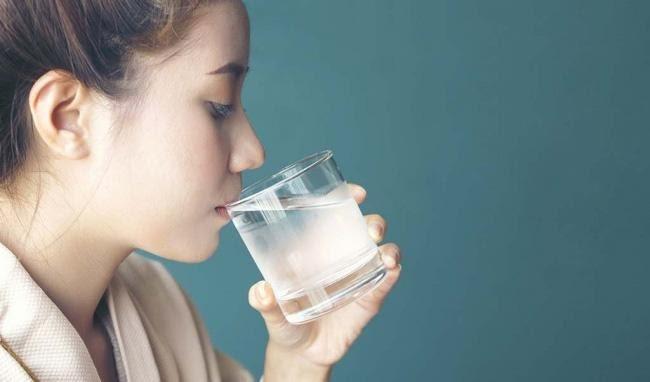 Nằm mộng thấy mình đang uống nước chọn cặp số tài lộc 50 - 61